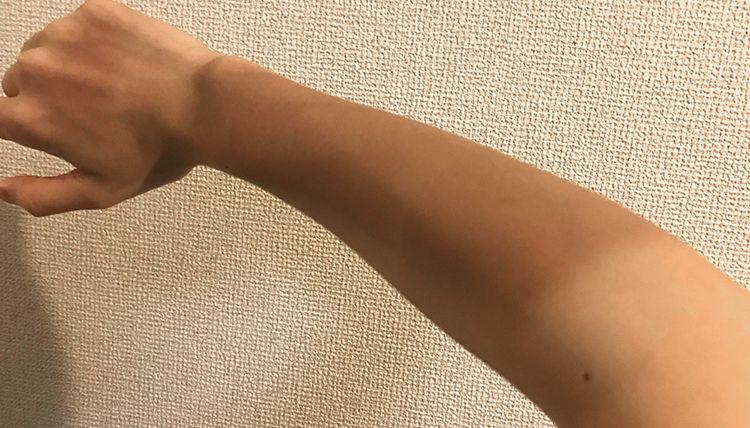 日焼けした右腕